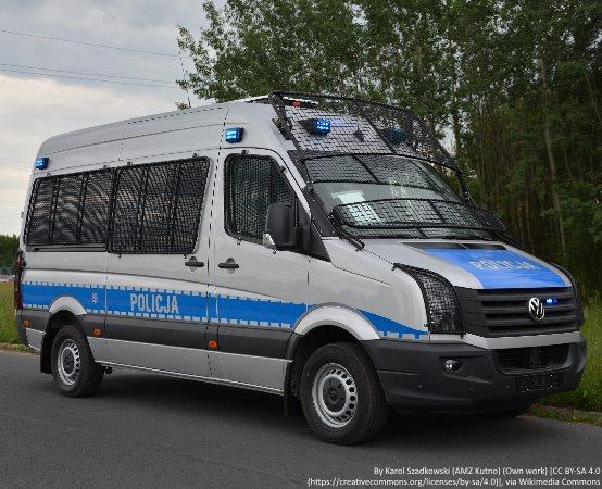 Policja Oświęcim: Oświęcim. Policjanci promowali bezpieczeństwo, służbę  oraz 100. Lecie Policji podczas X salezjańskiego pikniku rodzinnego